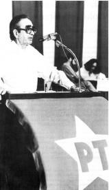 Florestan Fernandes discursa em reunião do Partido dos Trabalhadores.