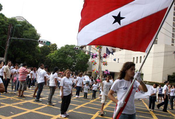 Estudantes de 40 instituições de ensino, entre elas a Fundação Carlos Gomes, participaram neste domingo (2) do desfile pelo Dia da Raça, na Presidente Vargas.