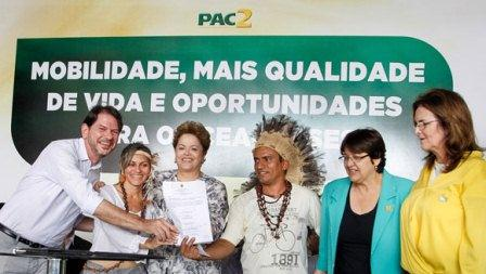Presidente petista Dilma Rousseff mostra termo de compromisso que viabiliza a criação da reserva indígena Taba dos Anacés. Foto: Roberto Stuckert Filho / Blog do Planalto.